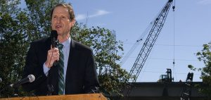 Wyden introduces price transparency bill targeting payers