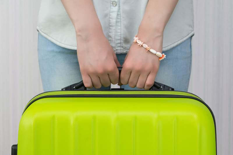 nom-girl-is-holding-a-suitcase-road-trip