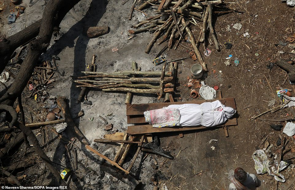 The body of a Covid victim lies on a stretcher before being put on to a pyre in theGhazipurcremation ground in New Delhi
